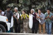 Почитатели провожают Его Святейшество Далай-ламу в университете им. Пандиты Равишанкара Шуклы в Райпуре. Штат Чаттисгарх, Индия. 15 января 2014 г. Фото: Тензин Чойджор (офис ЕСДЛ)