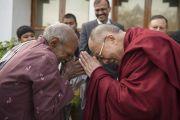 Его Святейшество Далай-лама здоровается с одним из сотрудников резиденции губернатора штата в Райпуре. Штат Чаттисгарх, Индия. 15 января 2014 г. Фото: Тензин Чойджор (офис ЕСДЛ)