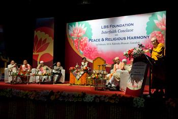 В Гувахати Далай-лама принял участие в межконфессиональной встрече по вопросам мира и религиозной гармонии