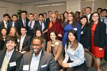 В Вашингтоне Далай-лама принял участие в беседе о счастье, свободе предпринимательства и благополучии человека