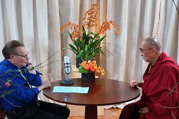 В Лос-Анджелесе Далай-лама дал несколько интервью, в том числе Ларри Кингу