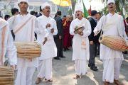 Музыканты исполняют народную песню, приветствуя Его Святейшество Далай-ламу в комплексе Рабиндра Бхаван, месте проведения межрелигиозной встречи по проблемам мира и межрелигиозной гармонии. Гувахати, штат Ассам, Индия. 1 февраля 2014 г. Фото: Тензин Чойджор (офис ЕСДЛ)