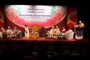 Его Святейшество Далай-лама выступает на межрелигиозной встрече по проблемам мира и межрелигиозной гармонии. Гувахати, штат Ассам, Индия. 1 февраля 2014 г. Фото: Тензин Чойджор (офис ЕСДЛ)