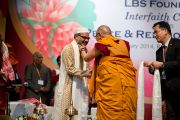 Его Святейшество Далай-лама вручает церемониальный белый шарф ученому-исламоведу Тофикуру Рахману Борборе по окончанию межрелигиозной встречи по проблемам мира и межрелигиозной гармонии. Гувахати, штат Ассам, Индия. 1 февраля 2014 г. Фото: Тензин Чойджор (офис ЕСДЛ)
