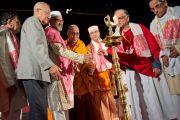 Его Святейшество Далай-лама и другие участники межрелигиозной встречи по проблемам мира и межрелигиозной гармонии зажигают ритуальный светильник. Гувахати, штат Ассам, Индия. 1 февраля 2014 г. Фото: Тензин Чойджор (офис ЕСДЛ)