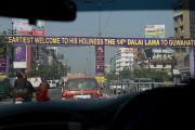 На улицах Гувахати растяжки, приветствующие Его Святейшество Далай-ламу. Штат Ассам, Индия. 1 февраля 2014 г. Фото: Тензин Чойджор (офис ЕСДЛ)