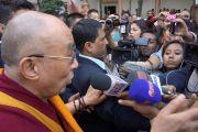 Его Святейшество Далай-лама отвечает на вопросы журналистов по окончанию межрелигиозной встречи по проблемам мира и межрелигиозной гармонии. Гувахати, штат Ассам, Индия. 1 февраля 2014 г. Фото: Джереми Рассел (офис ЕСДЛ)