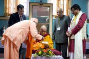 Его Святейшество Далай-лама перед началом межрелигиозной встречи по проблемам мира и межрелигиозной гармонии. Гувахати, штат Ассам, Индия. 1 февраля 2014 г. Фото: Тензин Чойджор (офис ЕСДЛ)