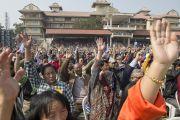 Пять тысяч человек, собравшихся на стадионе им. Неру, чтобы послушать лекцию Его Святейшества Далай-ламы, отвечают на вопрос тибетского духовного лидера. Гувахати, штат Ассам, Индия. 2 февраля 2014 г. Фото: Тензин Чойджор (офис ЕСДЛ)
