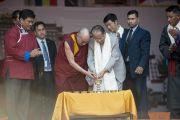 Его Святейшество Далай-лама и главный министр штата Ассам Тарун Гогои зажигают светильник в ознаменование торжественного открытия фестиваля Тибета. Гувахати, штат Ассам, Индия. 2 февраля 2014 г. Фото: Тензин Чойджор (офис ЕСДЛ)