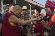 Его Святейшество Далай-лама приветствует своих почитателей на стадионе им. Неру. Гувахати, штат Ассам, Индия. 2 февраля 2014 г. Фото: Тензин Чойджор (офис ЕСДЛ)