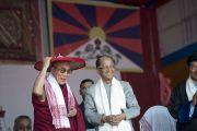 Его Святейшество Далай-лама на торжественном открытии фестиваля Тибета в традиционной ассамской шляпе и шали, подаренных ему главным министром штата Таруном Гогои. Гувахати, штат Ассам, Индия. 2 февраля 2014 г. Фото: Тензин Чойджор (офис ЕСДЛ)