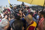 """Его Святейшество Далай-лама беседует с журналистами после лекции в память об основателях LBS """"Человеческий подход к миру во всем мире"""". Гувахати, штат Ассам, Индия. 2 февраля 2014 г. Фото: Тензин Чойджор (офис ЕСДЛ)"""