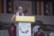 Дээрхийн Гэгээнтэн Далай Лам Төвдийн фестивалийн үеэр айлдвар айлдаж байгаа нь. Энэтхэг, Ассам, Гувахати. 2014.02.02. Зургийг Дэнзэн Чойжор (ДЛО)