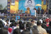 """Его Святейшество Далай-лама выступает с лекцией в память об основателях LBS """"Человеческий подход к миру во всем мире"""". Гувахати, штат Ассам, Индия. 2 февраля 2014 г. Фото: Тензин Чойджор (офис ЕСДЛ)"""