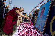 Его Святейшество Далай-лама у портретов двух основателей издательства LBS перед началом своего выступления на стадионе им. Неру. Гувахати, штат Ассам, Индия. 2 февраля 2014 г. Фото: Тензин Чойджор (офис ЕСДЛ)