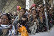 """Слушатели провожают Его Святейшество Далай-ламу после его лекции в память об основателях LBS """"Человеческий подход к миру во всем мире"""". Гувахати, штат Ассам, Индия. 2 февраля 2014 г. Фото: Тензин Чойджор (офис ЕСДЛ)"""