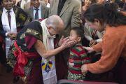 Уг төгсөлтийн баярт хүрэлцэн ирсэн бяцхан хүүтэй Дээрхийн Гэгээнтэн мэндчилэв. Энэтхэг, Мегалая, Шиллонг, 2014.2.3. Зургийг Дэнзэн Чойжор (ДЛО)