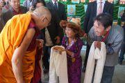 Его Святейшество Далай-ламу встречают традиционными подношениями в монастыре Ганден Чолинг. Лампаринг, штат Мегхалая, Индия. 4 февраля 2014 г. Фото: Джереми Рассел (офис ЕСДЛ)