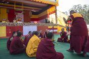 Монахи проводят философский диспут в то время, как Его Святейшество Далай-лама готовится к началу утренней сессии учений. Шиллонг, штат Мегхалая, Индия. 4 февраля 2014 г. Фото: Тензин Чойджор (офис ЕСДЛ)