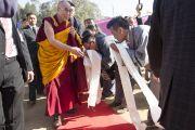 Его Святейшество Далай-лама приветствует своих почитателей на стадионе для игры в поло в Шиллонге. Штат Мегхалая, Индия. 4 февраля 2014 г. Фото: Тензин Чойджор (офис ЕСДЛ)