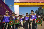 Юные артисты ожидают прибытия Его Святейшества Далай-ламы на стадион для игры в поло в Шиллонге. Штат Мегхалая, Индия. 4 февраля 2014 г. Фото: Тензин Чойджор (офис ЕСДЛ)
