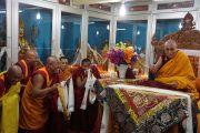 Его Святейшество Далай-ламу с монахами монастыря Ганден Чолинг. Лампаринг, штат Мегхалая, Индия. 4 февраля 2014 г. Фото: Джереми Рассел (офис ЕСДЛ)