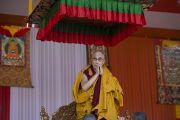 Его Святейшество Далай-лама приветствует людей, собравшихся на стадионе для игры в поло, перед началом учений. Шиллонг, штат Мегхалая, Индия. 4 февраля 2014 г. Фото: Тензин Чойджор (офис ЕСДЛ)