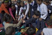 Участникам учений Его Святейшества Далай-ламы раздают ритуальные предметы во время посвящения Авалокитешвары. Шиллонг, штат Мегхалая, Индия. 4 февраля 2014 г. Фото: Тензин Чойджор (офис ЕСДЛ)