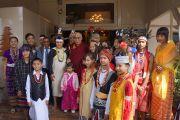 Его Святейшество Далай-лама фотографируется с молодыми людьми из северо-восточных штатов, одетых в национальные одежды. Шиллонг, штат Мегхалая, Индия. 5 февраля 2014 г. Фото: Джереми Рассел (офис ЕСДЛ)