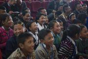 Дети в зале смеются в ответ на шутку Его Святейшества Далай-ламы во время встречи в Центральной библиотеке штата. Шиллонг, штат Мегхалая, Индия. 5 февраля 2014 г. Фото: Тензин Чойджор (офис ЕСДЛ)