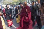 Его Святейшество Далай-лама возвращается в Центральную библиотеку после обеда, чтобы принять участие в межрелигиозной встрече. Шиллонг, штат Мегхалая, Индия. 5 февраля 2014 г. Фото: Тензин Чойджор (офис ЕСДЛ)
