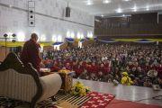 Его Святейшество Далай-лама обращается к тибетцам, собравшимся в зале Центральной библиотеки штата. Шиллонг, штат Мегхалая, Индия. 5 февраля 2014 г. Фото: Тензин Чойджор (офис ЕСДЛ)