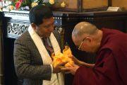 Его Святейшество Далай-лама дарит статую Будды главному министру штата Мукулу Сангме. Шиллонг, штат Мегхалая, Индия. 5 февраля 2014 г. Фото: Джереми Рассел (офис ЕСДЛ)