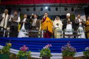 Его Святейшество Далай-лама и другие участники межрелигиозной встречи с зажженными свечами, символизирующими свет дружбы. Шиллонг, штат Мегхалая, Индия. 5 февраля 2014 г. Фото: Тензин Чойджор (офис ЕСДЛ)