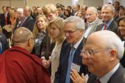 Его Святейшество Далай-лама здоровается с присутствующими в зале перед началом круглого стола в Американском институте предпринимательства. Вашингтон, округ Колумбия, США. 20 февраля 2014 г. Фото: Джереми Рассел (офис ЕСДЛ)