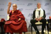 Его Святейшество Далай-лама и Адам Брукс, президент Американского института предпринимательства, на встрече «Счастье, свобода предпринимательства и процветание человека». Вашингтон, округ Колумбия, США. 19 февраля 2014 г. Фото: Джереми Рассел (офис ЕСДЛ)