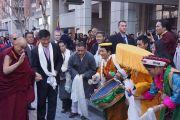 Тибетцы встречают Его Святейшество Далай-ламу и сопровождающего его сикьонга Лобсанга Сенге в Вашингтоне. Вашингтон, округ Колумбия, США. 18 февраля 2014 г. Фото: Джереми Рассел (офис ЕСДЛ)