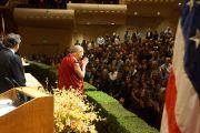 Его Святейшество Далай-лама приветствует публику в концертном зале им. Луизы Дэвис перед началом своей лекции. Сан-Франциско, Штат Калифорния, США. 22 февраля 2014 г. Фото: American Himalayan Foundation