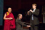 Его Святейшество Далай-лама слушает выступление музыкантов перед началом своей лекции в концертном зале им. Луизы Дэвис. Сан-Франциско, Штат Калифорния, США. 22 февраля 2014 г. Фото: American Himalayan Foundation