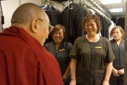 Его Святейшество Далай-лама беседует с персоналом гостиницы. Сан-Франциско, Штат Калифорния, США. 22 февраля 2014 г. Фото: Джереми Рассел (офис ЕСДЛ)