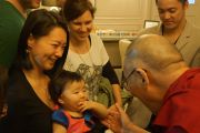 Его Святейшество Далай-лама приветствует своих поклонников в холле гостиницы в Сан-Фрнациско. Сан-Франциско, Штат Калифорния, США. 22 февраля 2014 г. Фото: Джереми Рассел (офис ЕСДЛ)
