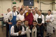 Его Святейшество Далай-лама фотографируется с персоналом концертного зала им. Луизы Дэвис перед началом своей лекции. Сан-Франциско, Штат Калифорния, США. 22 февраля 2014 г. Фото: American Himalayan Foundation