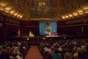Ричард Блум, основатель Американо-гималайского фонда, представляет Его Святейшество Далай-ламу собравшимся перед началом лекции  в концертном зале им. Луизы Дэвис. Сан-Франциско, Штат Калифорния, США. 22 февраля 2014 г. Фото: American Himalayan Foundation