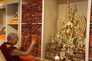 Его Святейшество Далай-лама осматривает собрание буддийских текстов в новом тибетском общественном центре в Ричмонде. Штат Калифорния, США. 23 февраля 2014 г. Фото: Джереми Рассел (офис ЕСДЛ)