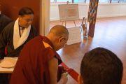 Его Святейшество Далай-лама перерезает ленточку на открытии нового тибетского общественного центра в Ричмонде. Штат Калифорния, США. 23 февраля 2014 г. Фото: Джереми Рассел (офис ЕСДЛ)