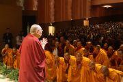 Его Святейшество Далай-лама приветствует аудиторию в зале театра в Беркли. Штат Калифорния, США. 23 февраля 2014 г. Фото: Джереми Рассел (офис ЕСДЛ)