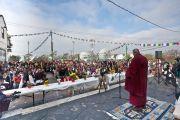 Его Святейшество Далай-лама выступает с речью на торжественном открытии нового тибетского общественного центра в Ричмонде. Штат Калифорния, США. 23 февраля 2014 г. Фото: YoWangdu