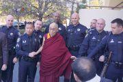 Его Святейшество Далай-лама фотографируется с полицейскими обеспечивавшими безопасность во время торжественного открытия тибетского общественного центра в Ричмонде. Штат Калифорния, США. 23 февраля 2014 г. Фото: Джереми Рассел (офис ЕСДЛ)
