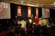 """Его Святейшество Далай-лама выступает на торжественном мероприятии """"Неизвестные герои сострадания"""" в гостинице """"Ритц Карлтон"""" в Сан-Франциско. Штат Калифорния, США. 23 февраля 2014 г. Фото: Джереми Рассел (офис ЕСДЛ)"""